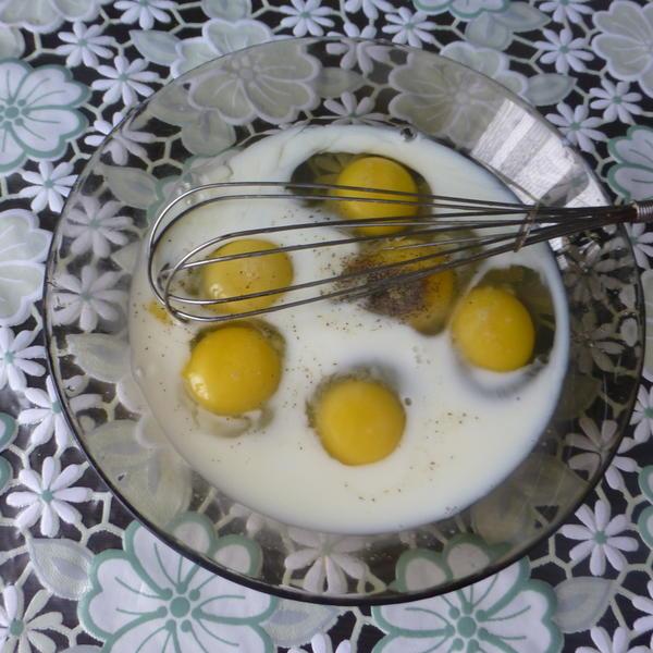 Яйца разбить в миску, добавить молоко, соль, перец, хорошо перемешать.