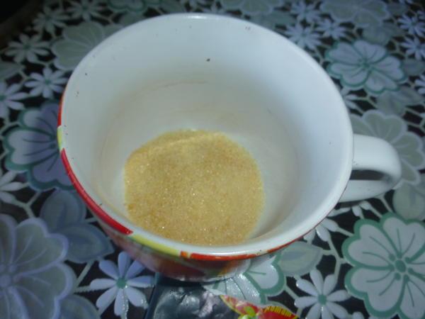 Залейте желатин 3-4 ложками холодного молока и отставьте в сторону