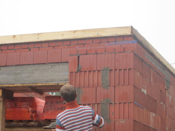 Стена сложена из керамическогог блока №51