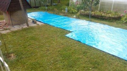 Голубая как у многих бассейнов