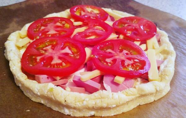 сформировать пиццу,выложить начинку