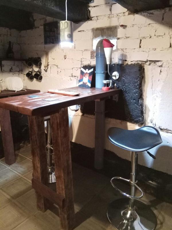 Барный стол и пара стульев