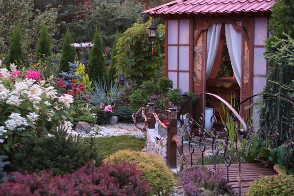 Беседка  в саду.