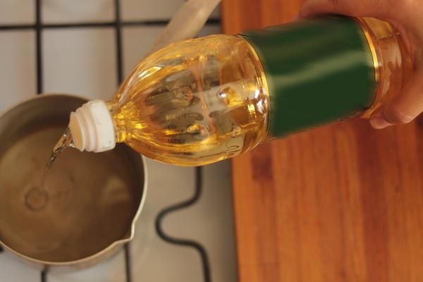 В небольшую кастрюльку наливаем масло