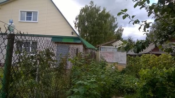 Кирпичный дом, при нём хозблок