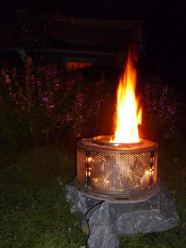 прохладными летними вечерами любим посидеть с детьми у костра и пожарить хлеб и сосиски с сыром.