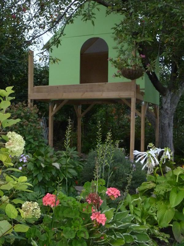 домик который мы построили с мужем.Думаем,что он очень даже гармонично вписался в общую картину нашего сада