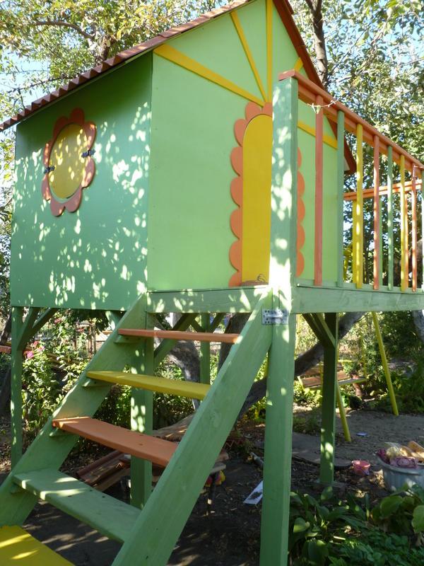 Подарок для детей и любимого сада.Это замечательный домик почти на дереве,для наших девочек.