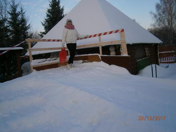 Наша горка тоже из подручных материалов( мебельные щиты и прочее).И конечно же снег,наш-Вятский !