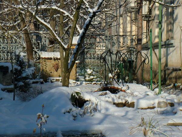 и газон ,и сухой ручей укрыты толстым снежным одеялом,теперь им не страшен мороз