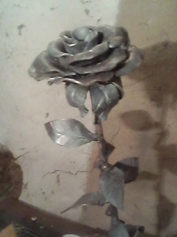 кованная роза его руками