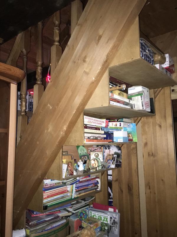 У меня лестница посреди комнаты. Вот так удобно использовать ступени с обратной стороны.