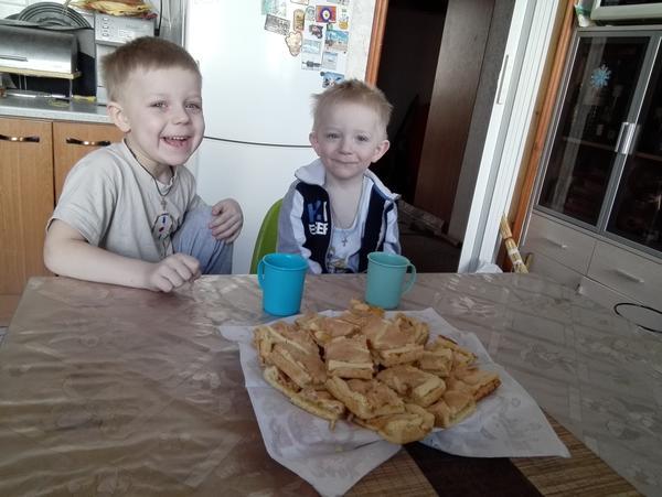 Внуки и готовые пирожные.
