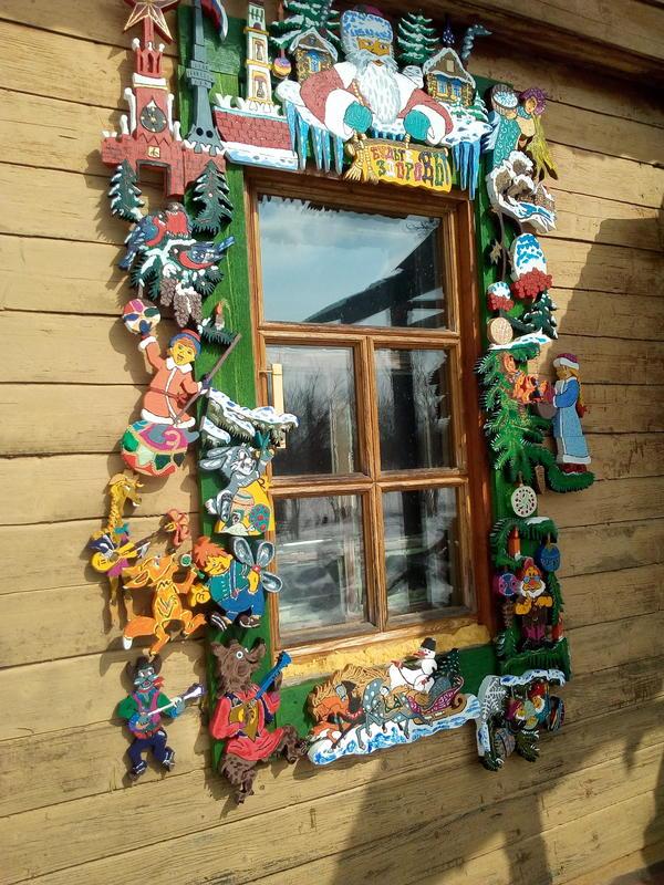 """Сосед на даче занимался декорированием своего окна """"долгими зимними вечерами"""""""