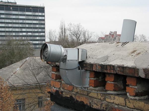 Вот кстати нашёл, пока искал фотку с видом на выходы вентканалов на крыше. И так люди делают - там наверное и пыль на кухне не надо вытирать. Всё высасывает с таким моторищем :-)