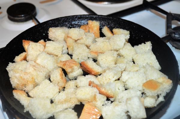 Салат из куриной грудки, сухариков и сыра с оригинальной заправкой. Пошагоаый рецепт и фото