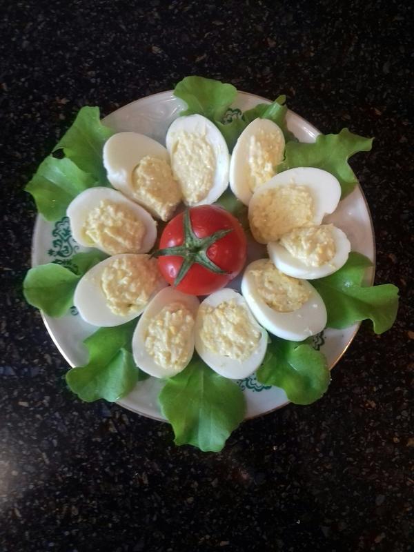 Фаршированные яйца с начинкой из сыра, майонеза и чеснока. Пошаговый рецепт быстрой закуски с фотографиями
