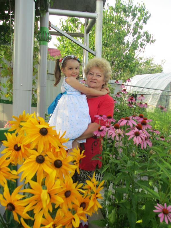 Дети среди цветов