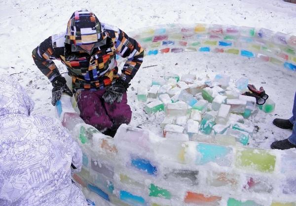 из цветных кубиков льда