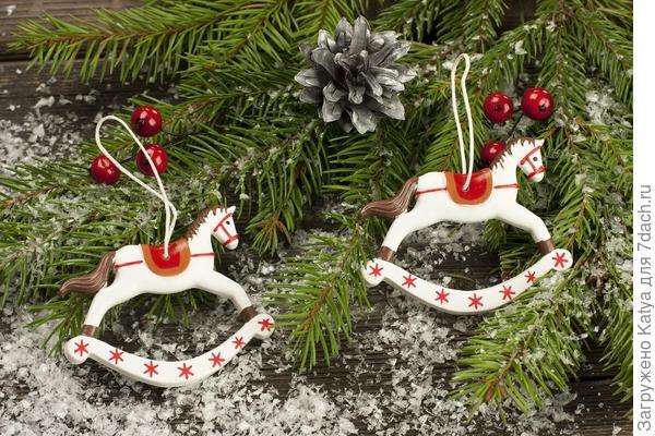 новогодние игрушки лошадки