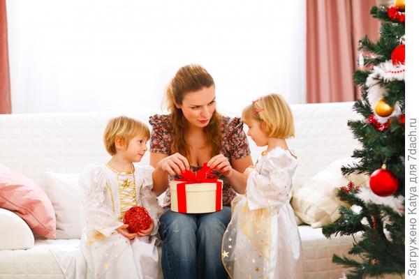мама и дочки открывают подарок