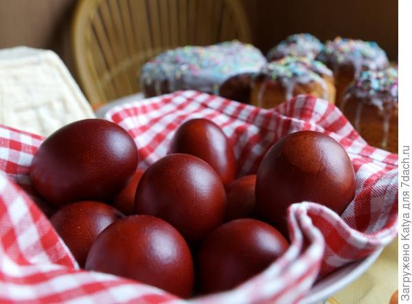 яйца, покрашенные раствором луковой шелухи