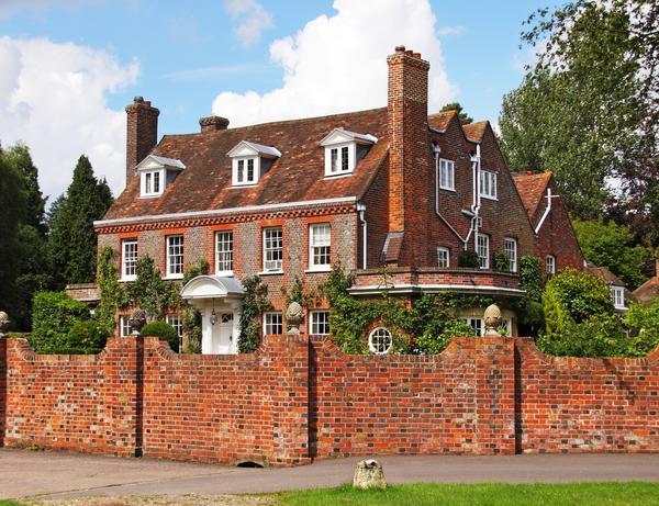Дом и забор из красного кирпича