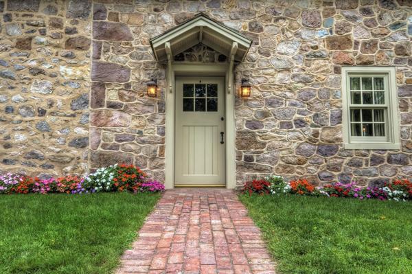 Каменный дом и дорожка