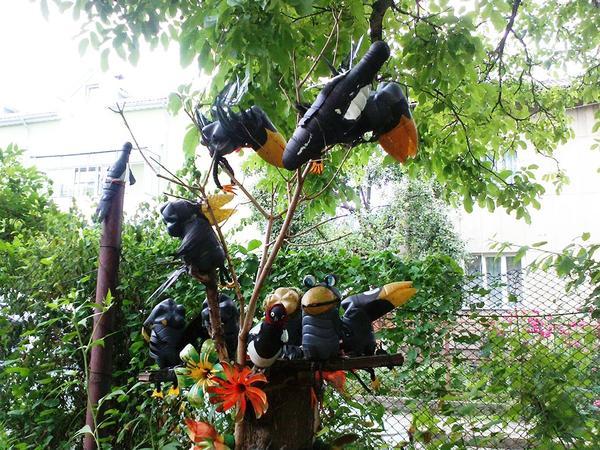 Стая ворон на дереве