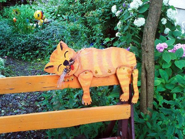 Кот на скамейке