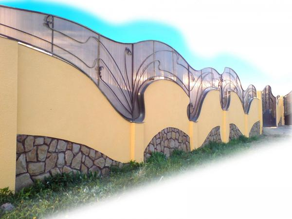 Кованый забор с поликарбонатом