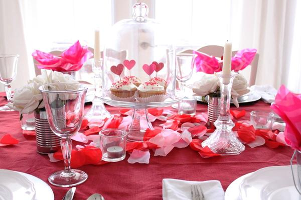 Праздничный стол со свечами