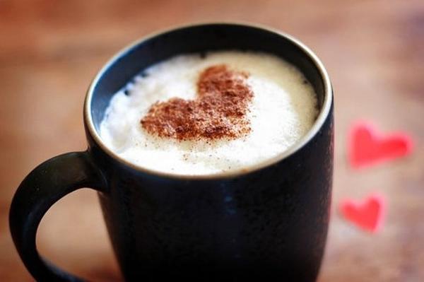 Кофе с сердцем из корицы на пенке