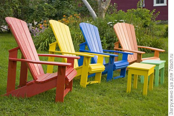 Яркие стулья со столиками - табуретами