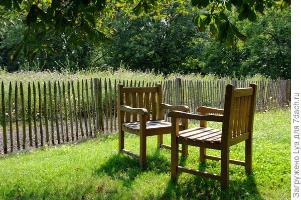 Пара стульев в саду