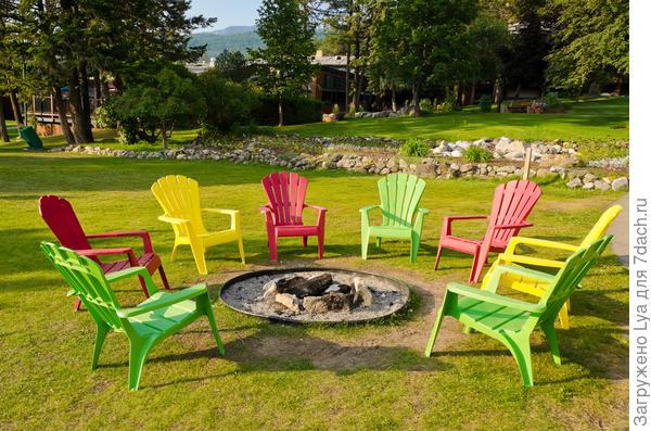 Разноцветные стулья вокруг очага
