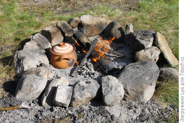 Каменное ограждение хорошо сохраняет тепло