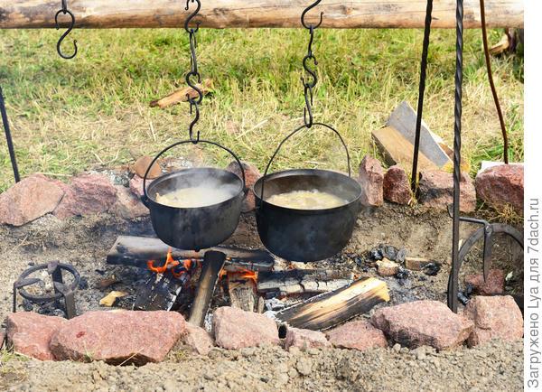 На костре можно приготовить обед на большую компанию