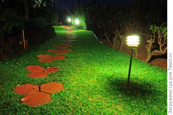 А по пути от бани к дому можно установить садовые светильники