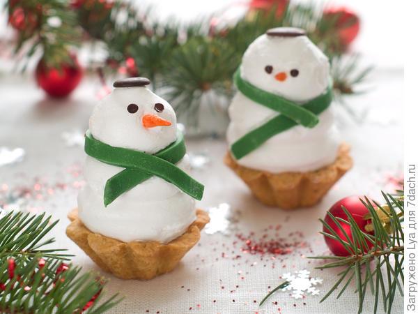 Воздушные пирожные в виде маленьких снеговиков