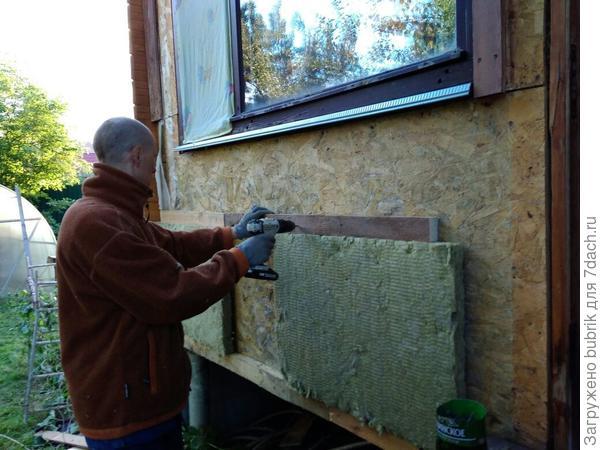 Высоту шага обрешётки делаю с помощью самого листа утеплителя. Благо ROCKWOOL лайт баттс сам стоит  на стене.