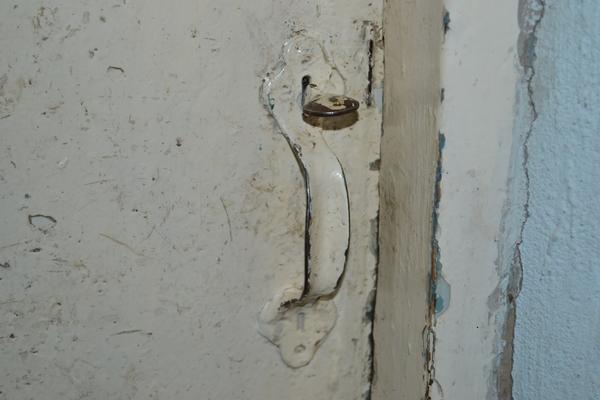 Ручка с защелкой на межкомнатной двери