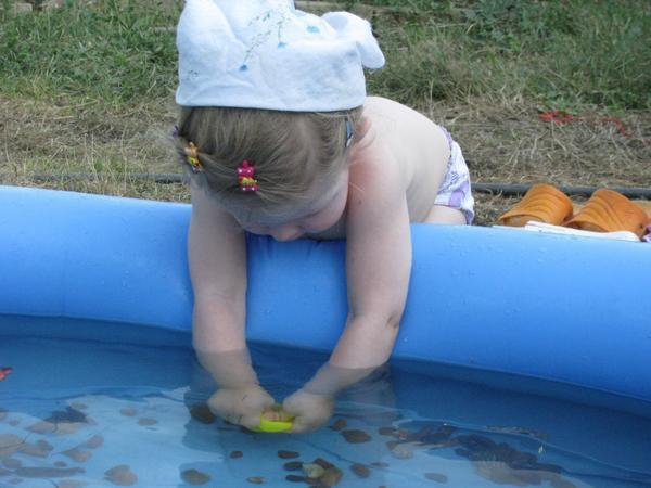 Купаем камешки в бассейне)