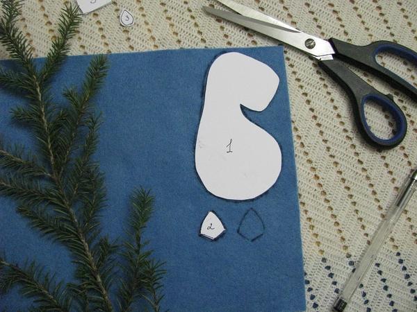 Переносим детали выкройки на ткань.