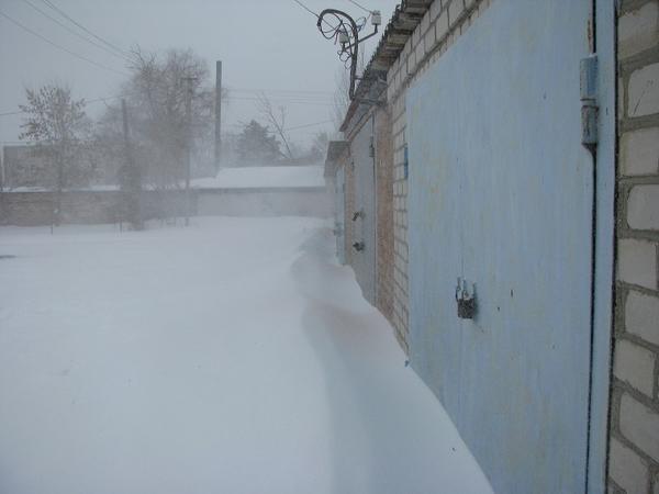 Занесенные снегом гаражи