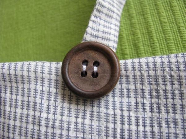 Пришиваем завязки, маскируя место пришивания пуговицами