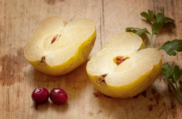 Яблоки моченые с брусникой