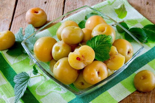 Кислые моченые яблоки