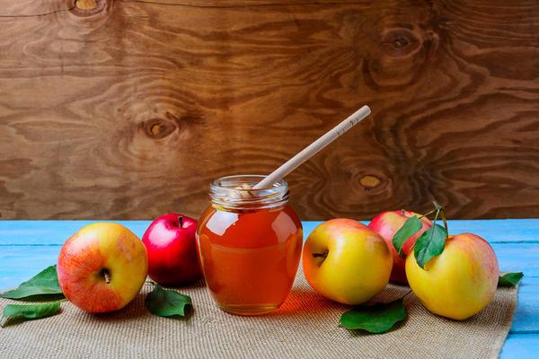 Яблоки моченые с мелиссой, мятой и медом