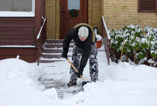 Снег на участке убирать нужно регулярно